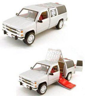 Muscle Machines 1/24 Jesse James Monster Garage Wedding Chapel Diecast Model Car: Toys & Games