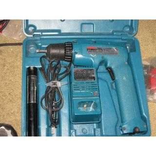 Makita 6095DWE 3/8 Inch 9.6 Volt Cordless Keyless Drill with Two Batteries   Power Drills